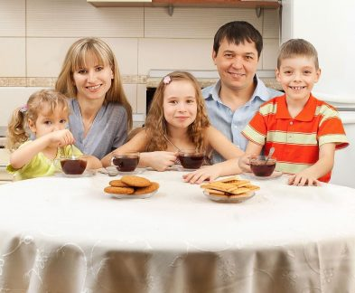 После установки газовой плиты в Екатеринбурге семья пьёт свежий чай